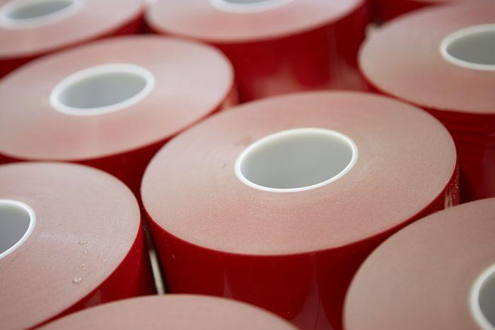 Pladent: družinsko podjetje z več kot 25-letno tradicijo vakuumiranja in obdelave lepilnih trakov